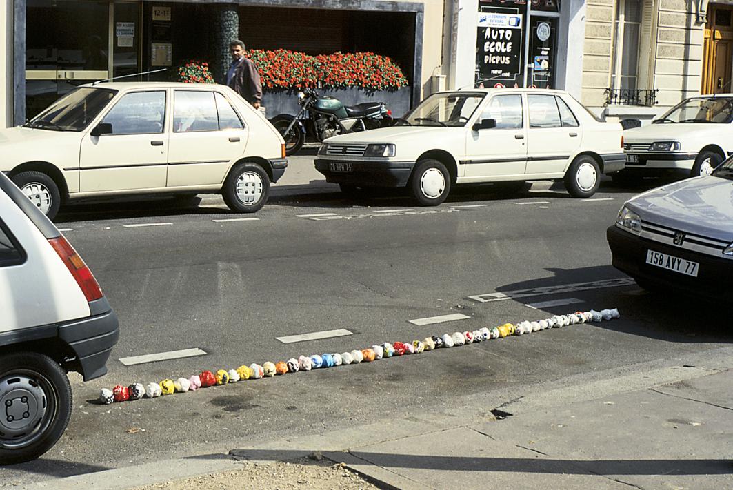ACTIONS-PEU-21-ligne-boules-entre-voitures.jpg